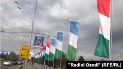 Душанбе шаҳри кўчаларидаги Ўзбекистон ва Тожикистон байроқлари.