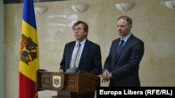 Jacek Protasiewicz și Libor Roucek la conferința de presă.