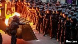 معترضان برای مسدود کردن خیابانهای اطراف ساختمانهای دولتی، از بولدوزر و تراکتور نیز استفاده کردند.
