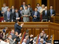 Депутаты Рады аплодируют Яценюку после голосования о доверии