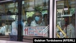 Горожане в общественном транспорте в Бишкеке. Иллюстративное фото.