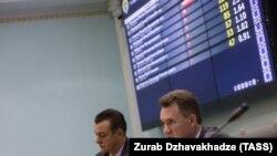 Şeful CEC de la Kiev, Mikailo Okendovski, (în faţă), anunţând rezultatele parţiale ale alegerilor