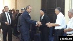 Премьер-министр Узбекистана Абдулла Арипов в доме Халимы Худайбердиевой. Фото: Gazeta.uz.