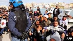 Мігранти з Тунісу на острові Лампедуза, архівне фото
