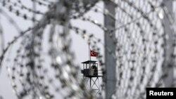 Колючая проволока строящегося ограждения на границе Греции и Турции.