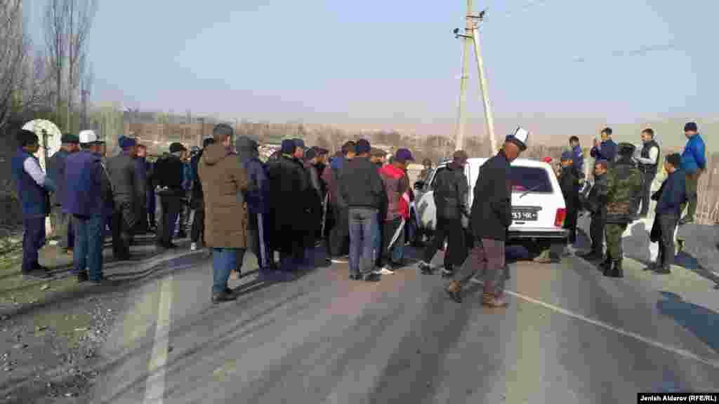 25 шақырымдық Ақ-Сай - Тамдык жол құрылысы 2013 басталған. Бірақ Тәжікстан қарсы болып, 2014 жылы құрылыс жұмыстары үш рет тоқтаған. Басында көрші екі елдің үкіметтері айналма жолды салуға өзара келіскен. Бірақ кейін Душанбе Ворух анклавын Тәжікстанмен жалғайтын жол қалдыруды талап еткен. Бішкек онымен келіспейді.