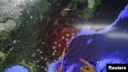 Кореянын Метеорологиялык кызматынын адиси жер титирөө болгон аймакты көрсөтүүдө. Сеул, 6-январь, 2016