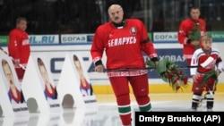 Александър Лукашенко и синът му Микалай (вдясно) по време на откриването на мачовете от Континенталната хокейна лига в Минск, 2011 г. Хокеят на лед е любимият спорт на Лукашенко.