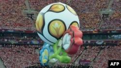Логотип чемпионата Европы по футболу 2012 года на церемонии открытия турнира