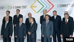 Президент России (второй слева в нижнем ряду) решить окучить всех балканских коллег скопом. Групповое фото в Загребе