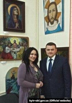 Юлія Мостова з директором Яготинського державного історичного музею Іваном Шуллою на виставці своїх робіт в місцевій картинній галереї
