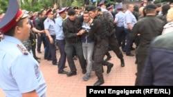 Задержание корреспондента Азаттыка Петра Троценко в Алматы рядом с местом протеста против выборов. Алматы, 9 июня 2019 года.