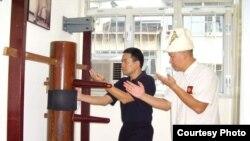 Винг Чун Кун Фу чебери Кубанычбек Төрөбаев устаты Доналд Мак менен машыгууда, Гонконг