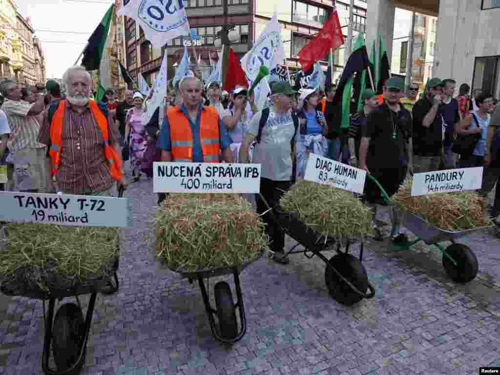 У четвер, 16 червня, у Чехії проходив найбільший в історії цієї країни цілодобовий страйк працівників транспорту. Працівники профспілок транспортників прийшли з демонстрацією до будівель урядових міністерствPhoto by David W Cerny for Reuters