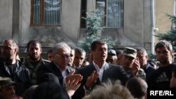 Уже четвертый день у дома Дзамболата Тедеева дежурят его сторонники