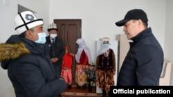 Президент Садыр Жапаров на встрече с памирскими кыргызами, переселившимися в Алайский район. 4 апреля 2021 года.