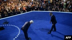ABŞ-nyň ozalky prezidenti Bill Klinton Demokratik partiýanyň gurultaýynda sahna çykanda, Barak Obamanyň öňünde baş egdi. Çarlotte, 5-nji sentýabr, 2012.
