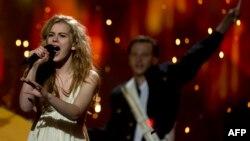 """""""Ýewrowideniýe"""" festiwalynyň final tapgyrynda daniýaly Emmelie de Forest ýeňiji boldy. Malmo, 18-nji maý, 2013."""