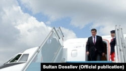 Қырғызстан президенті Сооронбай Жээнбеков ұшақтан түсіп келеді. Анкара, 9 сәуір 2018 жыл.