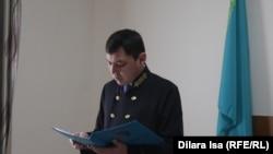 Судья по делу Дастанбека Бердимуратова Абдисеит Аширбаев зачитывает приговор. Сайрам, 27 марта 2018 года.