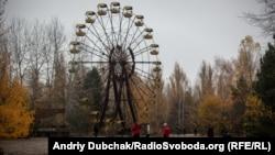 Іноземні туристи біля оглядового колеса у місті Прип'ять