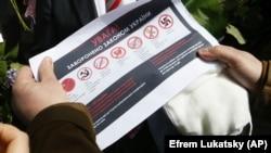 У ніч на 9 травня поліція провела обшуки в осіб, які готувалися до однієї з акції в Запоріжжі, і вилучила заборонену в Україні продукцію з комуністичною символікою