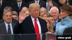 Дональд Трамп принимает присягу президента США. Вашингтон, 20 января 2017 года.