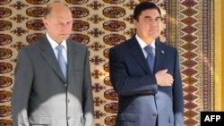 Türkmenistanyň prezidenti Gurbanguly Berdimuhamedow (sagda) we Rumyniýanyň prezidenti Traian Besesku, Aşgabat 22-nji iýul, 2009 ý.