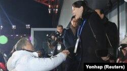 Рукопожатие президента Южной Кореи Мун Чжэ Ина и Ким Ё Чжон, сестры лидера КНДР во время церемонии открытия олимпийских игр. Пхенчхан, 9 февраля 2018 года