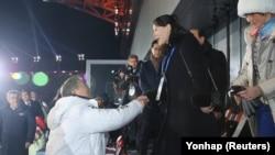 Ким Чен Ынан йиша Ким ЁЧжон Iаьнан Олимпиада схьайоьллуш хиллачу церемонехь.