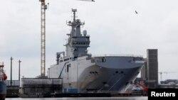 """Вертолетоносец класса """"Мистраль"""" под названием """"Владивосток"""" на верфи STX Les Chantiers de l'Atlantique в Сен-Назар на западе Франции 24 апреля 2014 года"""