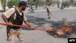 Солдаты тушат пожар, устроенный участниками забастовки. Карачи, 23 августа 2011 года.