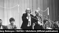 Іван Драч веде установчі збори Народного руху України