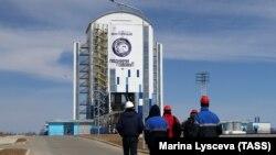 """Мобильная башня обслуживания ракеты-носителя """"Союз-2.1а"""" с российскими космическими аппаратами на космодроме Восточный."""
