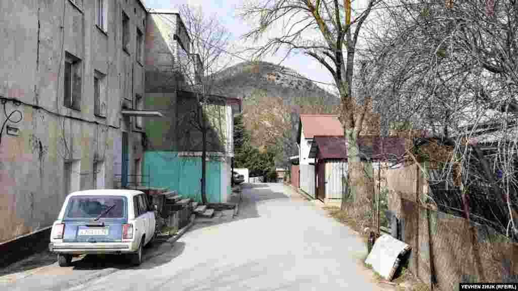 Триповерхові будинки побудовані в селі за радянських часів для офіцерського складу ракетної частини, розташованої на мисі Айя. Ще в 1990-ті роки це військове містечко стало цивільним
