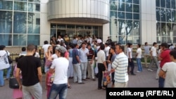 Mobile-phone customers line up for new call numbers after suspension of Uzbekistan's largest mobile-phone provider.