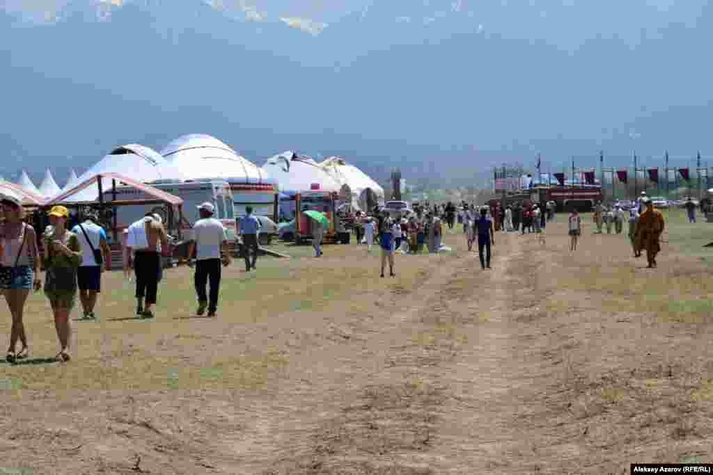 «Боралдайские сакские курганы» занимают территорию примерно в 3,5 километра в длину и около километра в ширину. В километре от входных ворот на время фестиваля развернут этноаул.