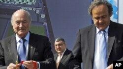 Руководители ФИФА – Зепп Блаттер (слева) и УЕФА – Мишель Платини