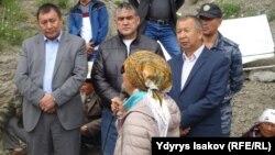 Абдрахман Маматалиев жол буугандар менен жолугушуу учурунда. 18-июнь.