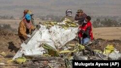 طی تنها شـش ماه دو فروند بوئینگ ۷۳۷ مکس ۸ سقوط کردهاند و دهها نفر از دهها کشور جهان جان خود را از دست دادهاند. (در تصویر محل سقوط هواپیما در اتیوپی)