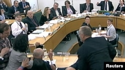 صحنه حمله به روپرت مرداک در جلسه کمیته پارلمان بریتانیا