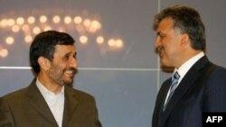 عبدالله گل و محمود احمدی نژاد، روسای جمهوری ترکیه و ایران در یک کنفرانس خبری در استانبول (عکس:AFP)