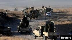 Күрдтердің әскери Пешмерга жасақтары мен әскери техникалар Мосулға қарай бет алып барады. Ирак, 17 қазан 2016 жыл.