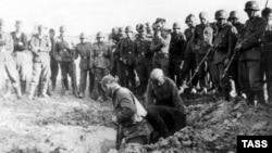 На цьому фото 1941 року радянські військовополонені копають собі могили під наглядом німецьких солдатів