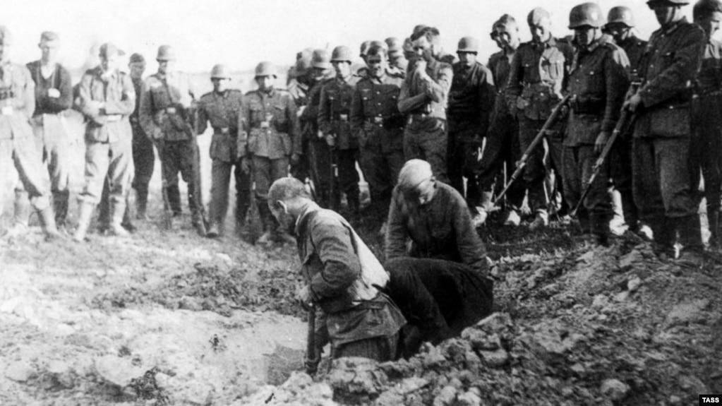Пленные красноармейцы роют себе могилы, 1941
