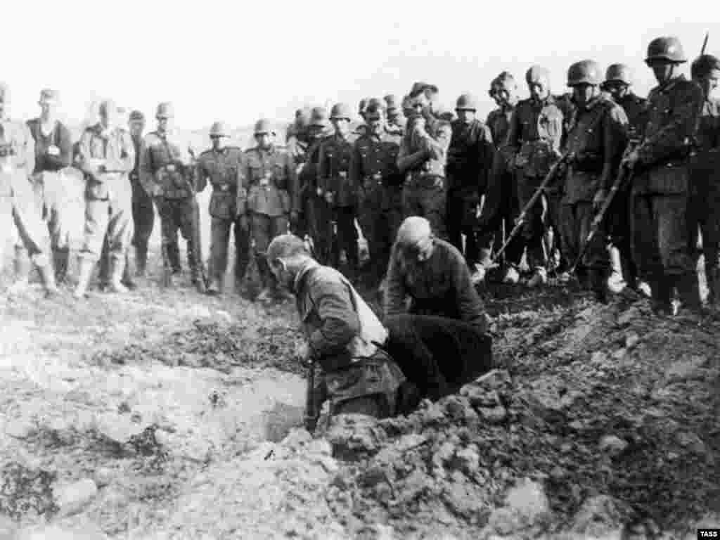 Радянські військовополонені копають собі могили, листопад 1941 року.