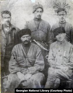 ქაქუცა ჩოლოყაშვილი თანამებრძოლებთან ერთად