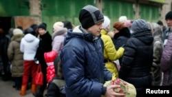 Переселенці у черзі за допомогою біля волонтерського центру в Слов'янську, 7 лютого 2015 року