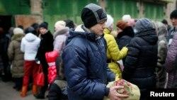 Переселенці в черзі за допомогою біля волонтерського центру в Слов'янську, 7 лютого 2015 року