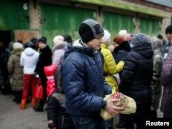 Izbeglice iz istočne Ukrajine čekaju u redu za hranu
